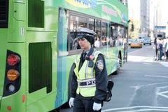 NYPD-trafikkvinnlig polis som ses rikta trafik i Manhattan, NYC Royaltyfri Fotografi