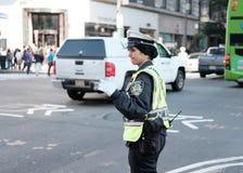 NYPD-trafikkvinnlig polis som ses rikta trafik i Manhattan, NYC Arkivfoto