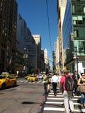 NYPD-Verkehrs-Offizier an der Kreuzung der 5. Allee und der 42. Straße, Fußgänger im Zebrastreifen, New York City, NYC, NY, USA Lizenzfreie Stockfotos