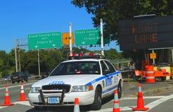 NYPD-wegpatrouillewagen bij Grand Central -Brede rijweg met mooi aangelegd landschap in Queens Stock Foto's