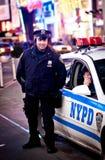 nypdtjänstemän förser med polis fyrkantiga tider Royaltyfri Foto