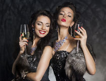 Nyårsafton - kvinnor med wineexponeringsglas Royaltyfri Bild