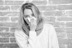 Nysa precis att komma för uppehälle Sjuk kvinna som blåser hennes näsa i servett Nätt nysa för flicka av den säsongsbetonade infl arkivfoton
