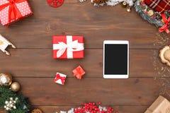 nytt år Digital minnestavla och gåvor som isoleras på närbild för bästa sikt för tabell royaltyfri bild