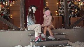 Nytt år eller jul stående av barn på en bakgrund av julgarnering lager videofilmer