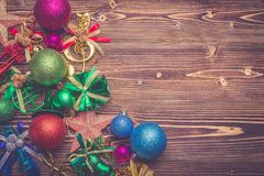 Nytt år eller julgarnering för feriebegrepp på brunt wo arkivbild