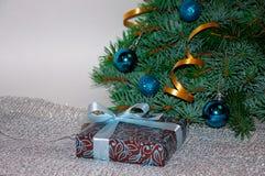 nytt år för bakgrund för julsammansättning för bauble blått exponeringsglas Julgåva under julgranen på en vit bakgrund aktuell we Arkivfoto