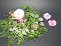 nytt år för bakgrundsjul Den gröna prydliga filialen med jul klumpa ihop sig på en svart bakgrund vit stearinljus med christma Royaltyfri Foto
