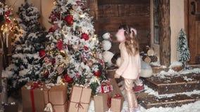nytt år för jul barn satte gåvor för jul under trädet för det nya året barn förbereder sig för berömmen lager videofilmer
