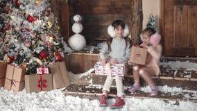 nytt år för jul barn ser gåvor i härliga julaskar två små flickor på jul arkivfilmer
