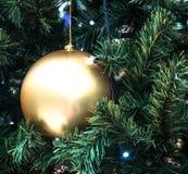 nytt år för jul Boll för julgrangarneringaska Boll i filialerna av en festlig julgran arkivbild
