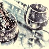 nytt år för jul hällande rött vin glass wine selektiv fokus, rörelsesuddighet, rött vin i ett exponeringsglas Sommeliervin in i Royaltyfria Bilder