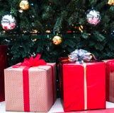 nytt år för jul Julgåvor i färgrika askar med band och pilbågar royaltyfri bild