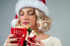 nytt år för jul Kvinnan i hatt för santa ` s rymmer en kopp kaffe Arkivfoto