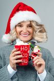 nytt år för jul Kvinnan i hatt för santa ` s rymmer en kopp kaffe Arkivfoton