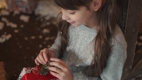 nytt år för jul lite ser flickan en ask av gåvor stock video