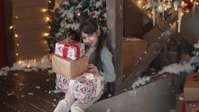 nytt år för jul liten flickainnehavet räcker in en ask med gåvor och leenden slugt barnet mottog många gåvor stock video