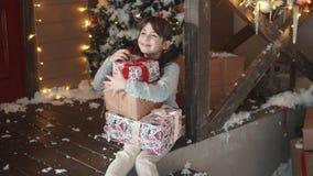 nytt år för jul liten flickainnehavet räcker in en ask med gåvor och leenden slugt barnet mottog många gåvor arkivfilmer