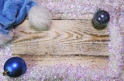 nytt år för julbegrepp träbräde i en ram av briljant konstgjord snö och och hatt av Santa Claus, bästa sikt, plan la Royaltyfria Bilder