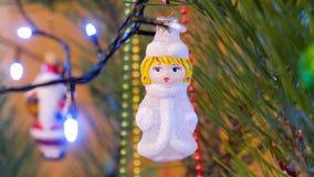 nytt år för julgarnering Hängande nära övre för struntsak Abstrakt suddig Bokeh feriebakgrund Blinkagirland Jul arkivfilmer