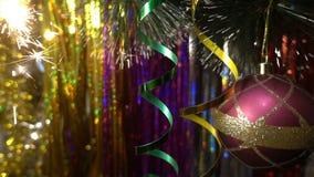 nytt år för julgarnering Hängande struntsakslut Glimt för julljus i trädet stock video