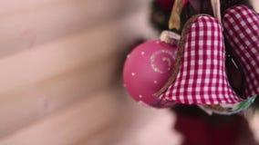 nytt år för julgarnering Suddig bokehferiebakgrund Blinkagirland Blinka för julgranljus stock video