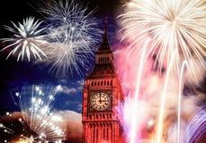 Nytt år i staden - Big Ben med fyrverkerier arkivbilder