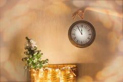 Nytt år jul, klocka, julgran, magi Jul och lyckliga nya år helgdagsaftonbakgrund Arkivfoton