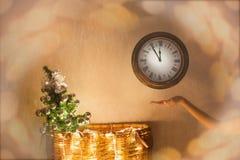 Nytt år jul, klocka, julgran, magi Jul och lyckliga nya år helgdagsaftonbakgrund Royaltyfri Fotografi