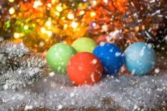 Nytt år julbakgrund med mång- färgjulpynt Royaltyfri Foto