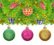 Nytt år julgran med leksaker som isoleras på en vit bakgrund. Arkivfoto