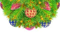 Nytt år julgran med leksaker som isoleras på en vit bakgrund. Arkivbilder