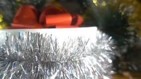 nytt år Julsammansättning med filialer av granen och gåvan - nära HD arkivfilmer