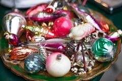 nytt år Jultappningleksaker i en gammal ask klaus santa för frost för påsekortjul sky Semestrar bakgrund, den selektiva fokusen o royaltyfria bilder