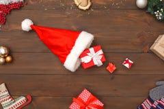 nytt år Jultomtenhatt med gåvor som isoleras på närbild för bästa sikt för tabell arkivbilder