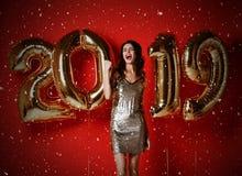nytt år Kvinna med ballonger som firar på partiet arkivfoto