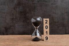 Nytt år nedräkning för 2019 gång eller begrepp för affärsmål, hourglas arkivbilder
