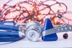 Nytt år och jul i neurologi, inre medicin, allmän övning Medicinsk stetoskop och neurological reflexhummer i fo royaltyfri fotografi