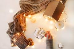 Nytt år 2018 och julbakgrund med en kopp kaffe med marshmallower och stearinljus på vit bakgrund royaltyfri fotografi