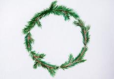 Nytt år och julkrans - granträd på vit backg fotografering för bildbyråer