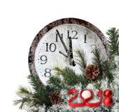Nytt år 2018 Röda nummer 3D med granträdet, sörjer kottar och den djupfrysta väggklockan på en vit bakgrund Arkivbilder
