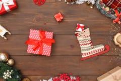 nytt år Skridskokänga och gåvor som isoleras på närbild för bästa sikt för tabell royaltyfria foton