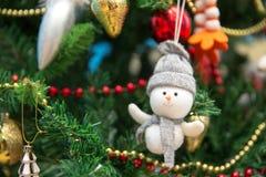nytt år Snögubbe på en festlig julgran Arkivbilder