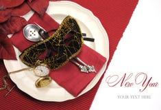 Nytt år som äter middag tabellställeinställningen med maskeradmaskeringen, retro tappningrovaklocka Royaltyfria Bilder