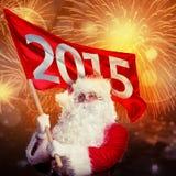 Nytt år som förvärvar Santa Claus Jultomten med flagga 2015 i fyrverkeri Arkivfoto