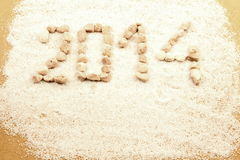 Nytt år som skrivs med pebbles Arkivbild