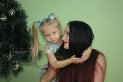 nytt år tappar familjen Flicka och flicka royaltyfria foton