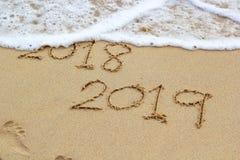 Nytt år 2019 undertecknar in tropisk strandsand arkivbild