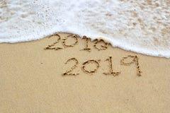 Nytt år 2019 undertecknar in tropisk strandsand royaltyfri foto
