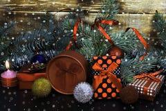 Nytt års dekor, julgranar, gåvor, garneringar, stearinljus Royaltyfria Bilder